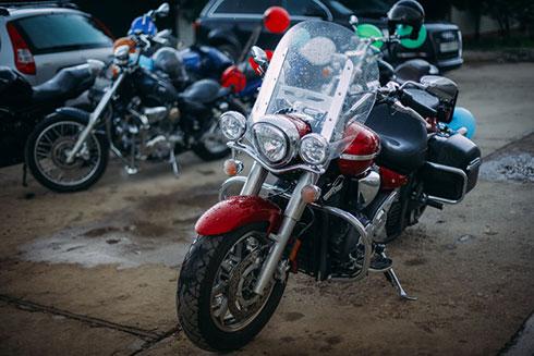 雨の中に置いているバイクのイメージ